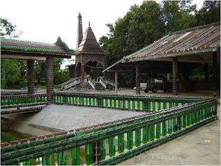 Templo tailandês construído com garrafas