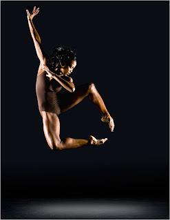 Bailarina em movimento artistico