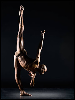 Bailarino em pose de equilibrio e flexibilidade