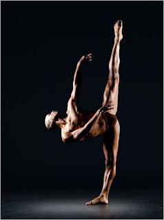 Bailarino em pose artística