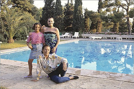 UNA FOTOGRAFIA DEL RECUERDO: SHAILA,JUNIOR Y ROCIO FRENTE A LA PISCINA