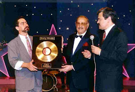 CUANDO LE OTORGAN EL DISCO DE ORO A : HUGO ROMANI