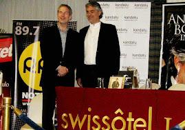 Aqui Vemos a Andrea Bocelli Durante la Conferencia de Prensa Ayer en el Swissotel