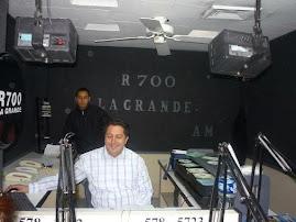 JUAN LECCA EN LA CABINA DE R700 SONRIENTE HACIENDO CONTROLES..