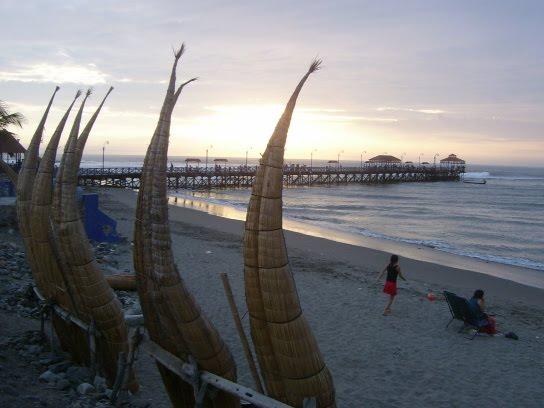 Les caballitos de totora sur la plage de Huanchaco
