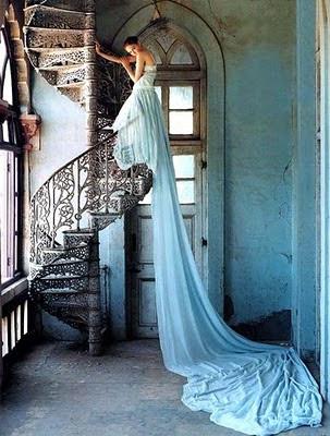 винтовая лестница, платье с длинным шлейфом