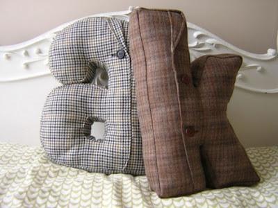 мягкие диванные подушки-буквы, которые можно сшить из старых пиджаков своими руками; потрясающая идея украшения...