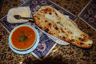 ルーパリのひよこ豆とナンのカレーセットの写真