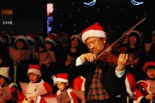 沖田さんのヴィオラ演奏の写真