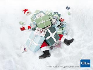 babbo natale travolto dai regali e dalle feste natalizie