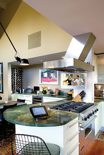 esempio di cucina interattiva con pannello touchscreen