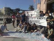 Manifestantes acampados na escadaria da ALES contra o aumento da passagem
