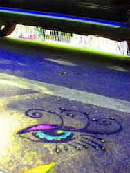 Sob o olhar no asfalto...