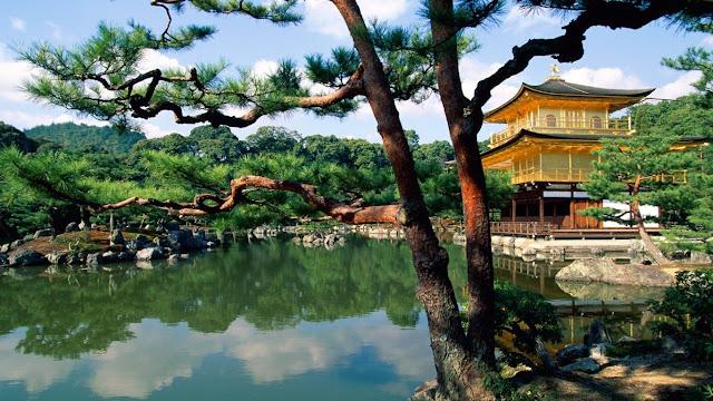 Kinkaku-ji_Temple,_Kyoto,_Japan.jpg (1366×768)