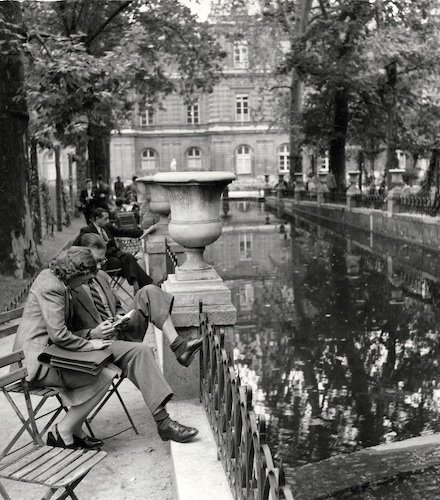 Andr Kertsz: On Reading. Medici Fountain, Paris (couple on folding chairs), 1948