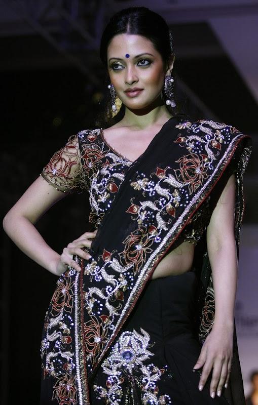 Riya Sen Kolkata Fashion Show Manoj Agarwal Sari
