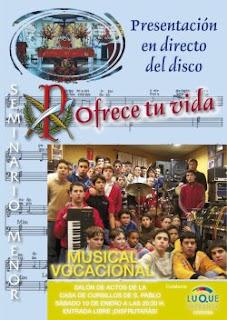 Cartel anunciador del acto en el que aparecen los integrantes del coro en el estudio de grabación