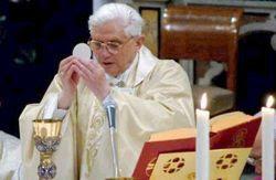 Imagen en la que aparece el Papa Benedicto 16 consagrando en el altar