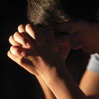 Imagen de un joven orando