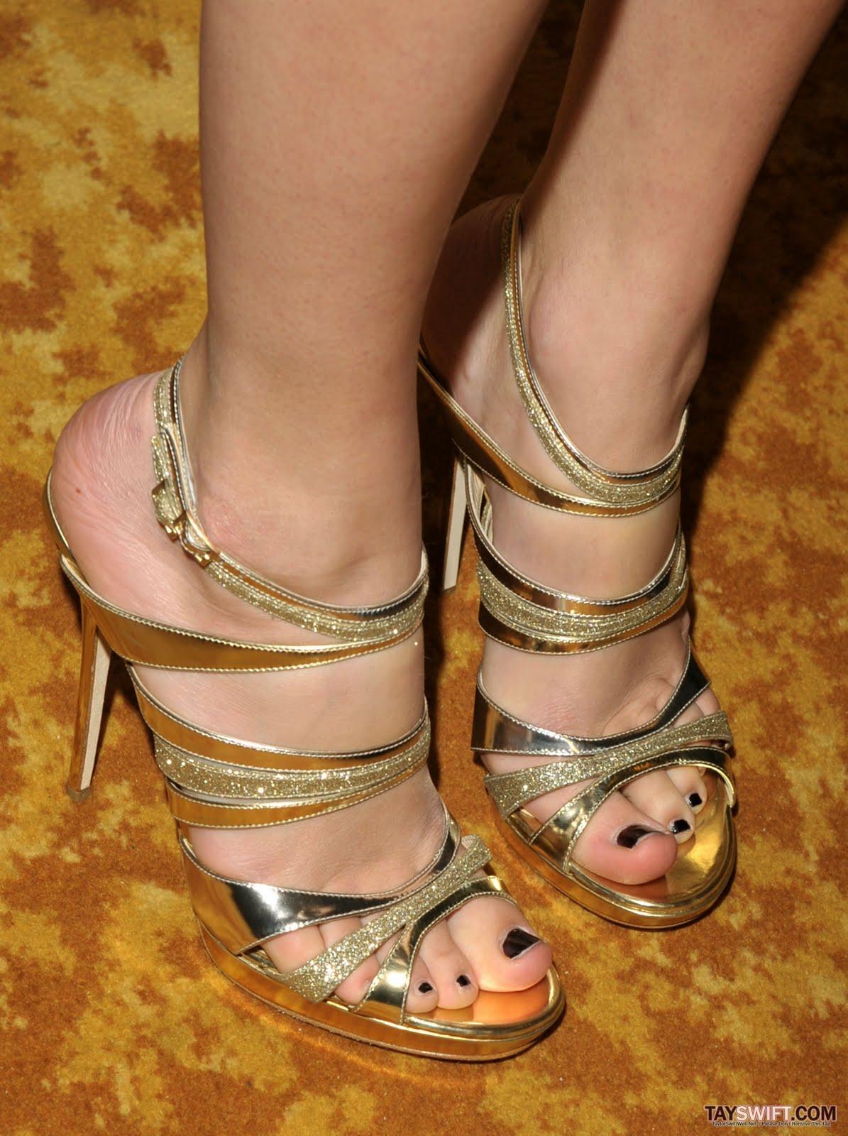http://3.bp.blogspot.com/_N2u0bdQDNIg/TMJs05NH3VI/AAAAAAAABWs/8Vo_kzppEpQ/s1600/Taylor-Swift-Feet-149479.jpg