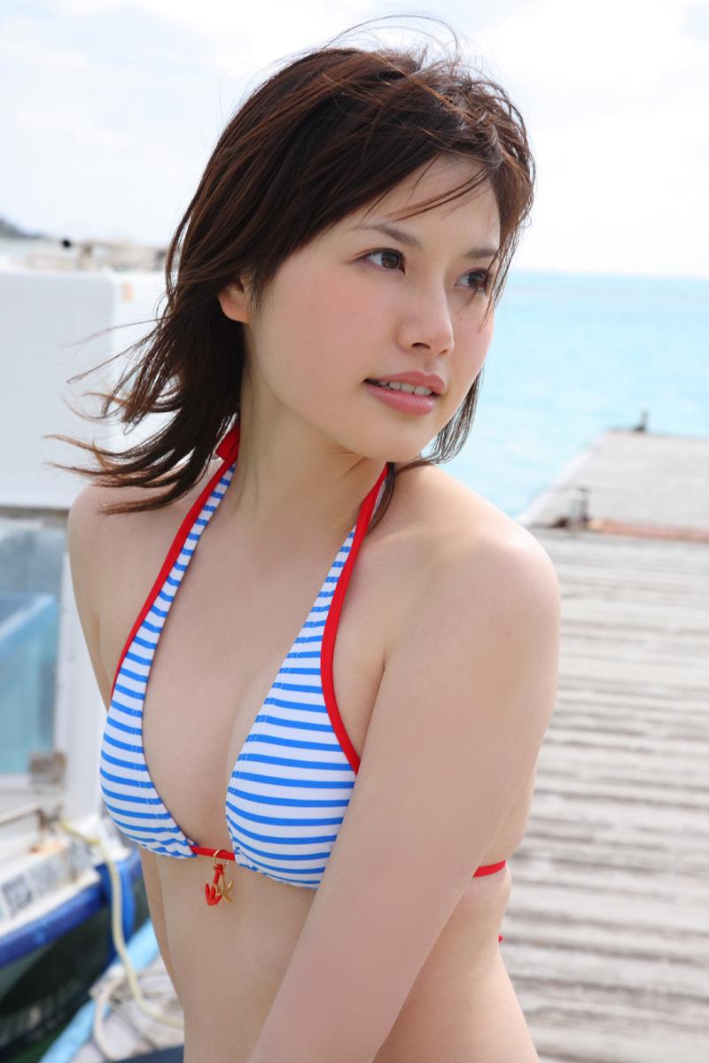 ストライプの可愛い水着を着てじっと見つめる神崎詩織