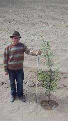 Nuestro ayudante y hoy flamante arqueólogo,  Víctor  Bugueño García en la chacra experimental
