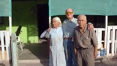 Con   mi amigo Raúl Maytas y su esposa,  frente a su casita en Huarasiña, 15/07/2009