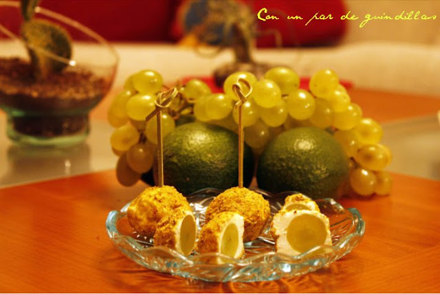 Bocaditos de uvas y queso rebozadas con pistacho molido