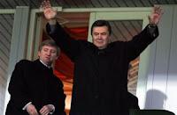 Com a vinda de poder novo na Ucrânia mudou nada. Os oligarcas continuam a manter o poder nas suas mãos