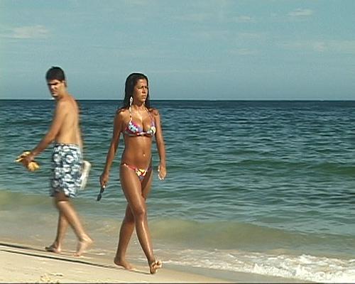 Las personas que tienen sexo en la playa llena de gente
