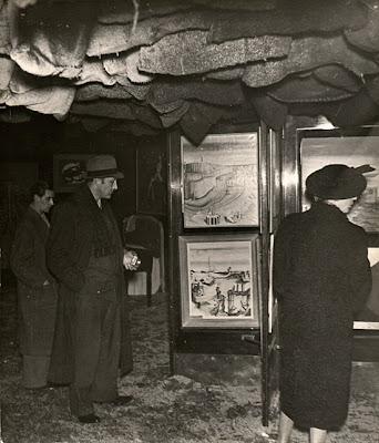 Visiteurs de l'expo surréaliste de 1938