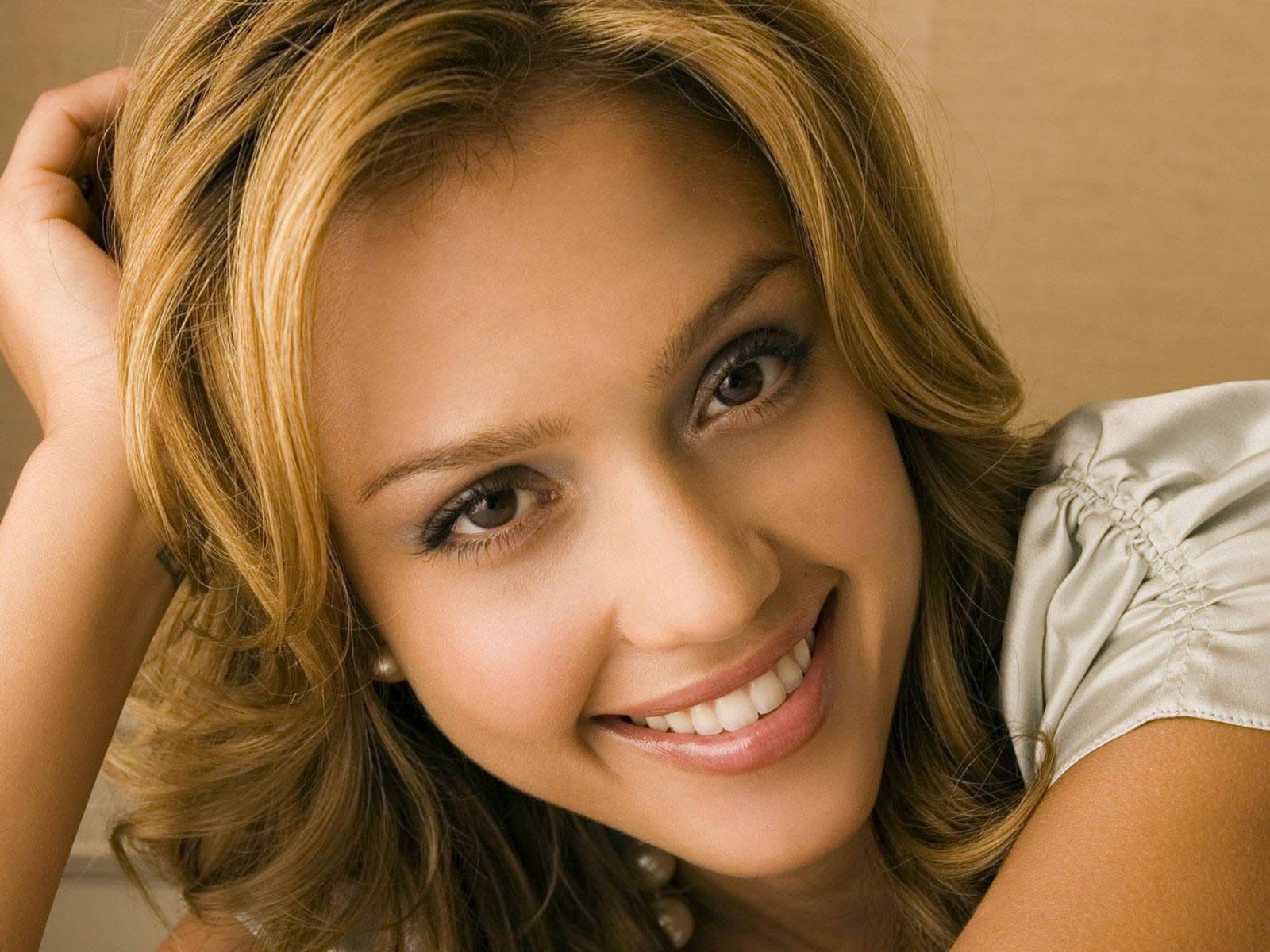 http://3.bp.blogspot.com/_NNd6yIn1VD4/TUPkkvMCKyI/AAAAAAAAAuY/VnpQRFsugLM/s1600/jessica-alba-smile.jpg