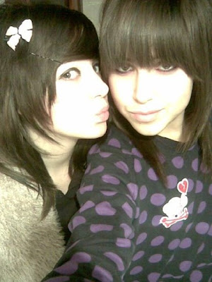 girls emo kissing