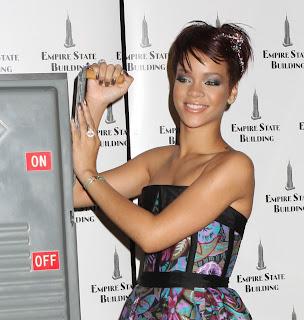 http://3.bp.blogspot.com/_NO2UOMMYKZ0/SIRAdsBq3nI/AAAAAAAAAlc/17LFlQTm_so/s400/Rihanna+-+Short+Haircut.jpg