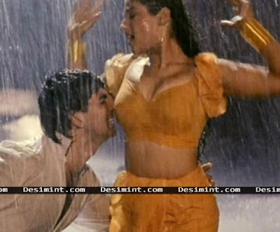Hot Bollywood Actress Raveena Tandon Showing her cleavage in rain with Akshay Kuamr : Bollywood Masala