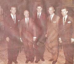 Οι βασικοί συντελεστές της πρώτης παρουσίασης του Άξιον Εστί στο θέατρο Κοτοπούλη το 1964,