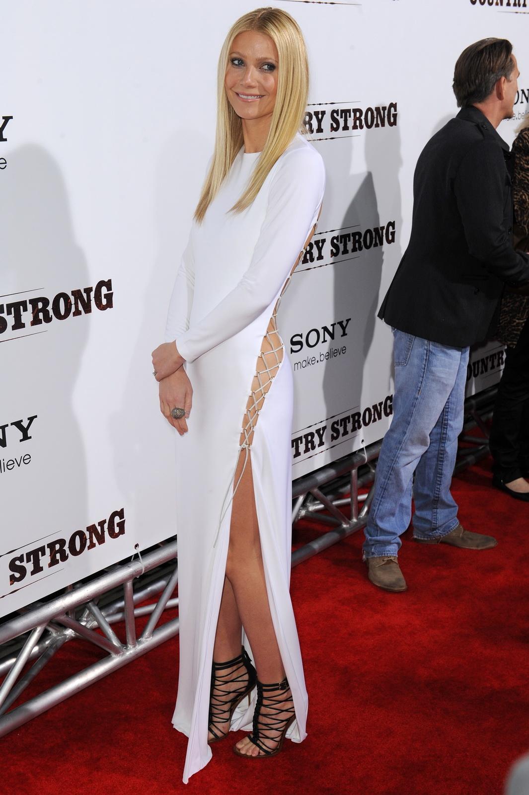 http://3.bp.blogspot.com/_NRGPIrDtEg8/TQsowGtfiYI/AAAAAAAAAaA/rrFmfTGJvy8/s1600/Gwyneth_Paltrow_without_panties_and_bra_5.jpg