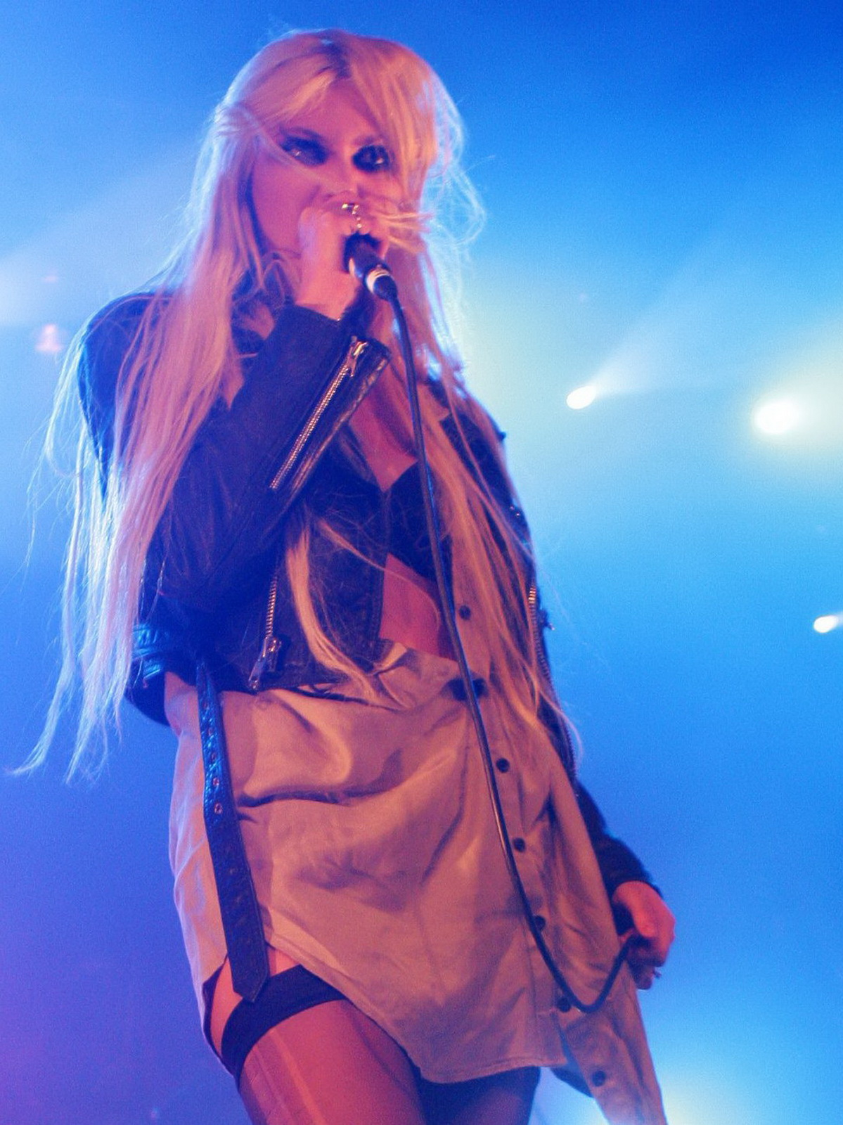 http://3.bp.blogspot.com/_NRGPIrDtEg8/TQswFHKmbuI/AAAAAAAAAbI/grHK0Eu5X0k/s1600/Taylor_Momsen_cleavage_3.jpg