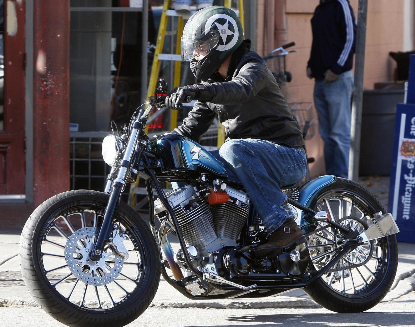 http://3.bp.blogspot.com/_NRqzHM85DXo/S6vwlz_2mDI/AAAAAAAAAtE/LH35igihKiE/s1600/brad-pitt-rides-new-custom-motorcycle3.jpg
