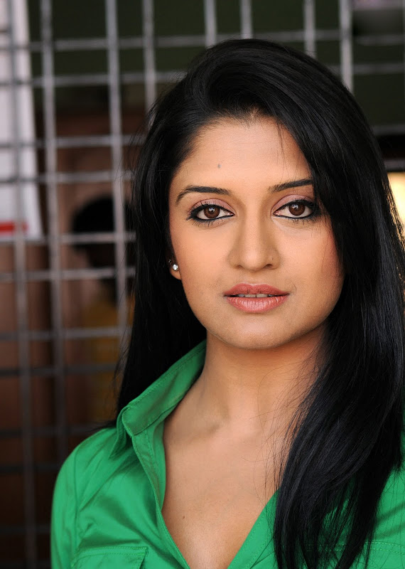 Actress Vimala Raman HQ Latest Stills navel show