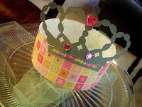 Corona decorada con pedrería y tul.