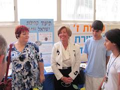 שפרה, הנכד אופיר ונועה לוי המנחה השנה בתוכנית בביקור וועדת החינוך של העירייה.