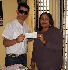 Operación Marisol: Entregando el Cheque de la cirugía.