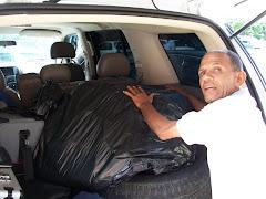 Palermo la mano derecha e izquierda de Sosa entrando las mochilas al auto.