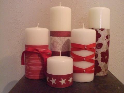 para hacer esta manualidad necesitamos velas blancas en distintos tamaos cintas rojas y papel con distintos estampados toma una cinta roja y envuelve la - Velas Decoradas