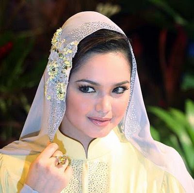 cantik kan kalau 'tudung' siti nurhaliza tu dijadikan veil? arghhh