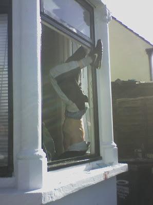 hot agatat de fereastra