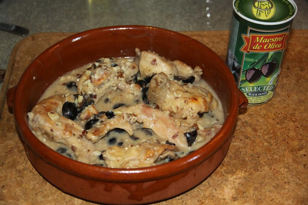 Тушеный кролик с маслинами и миндалем