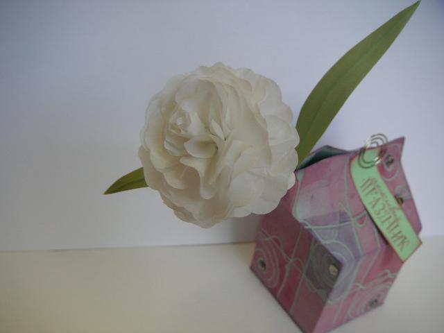 Цветок из очень тонкой бумаги