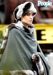 A atriz Angelina Jolie e o polêmico casaco
